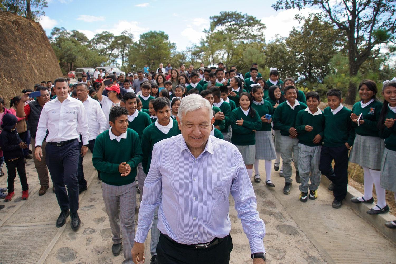 Destaca AMLO avance en construcción de caminos en Oaxaca