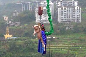 Lanzan a cerdo desde las alturas para promocionar parque de diversiones