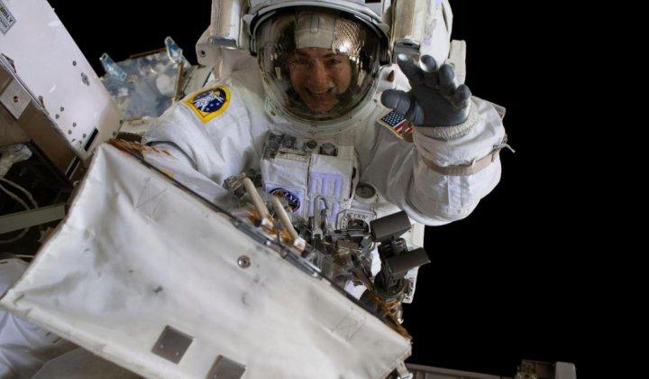Mujeres astronautas reemplazan baterías en EEI en espacio abierto