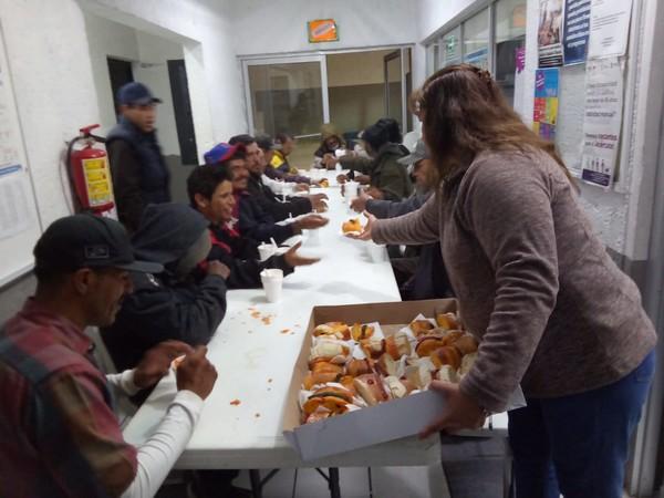 Llevan rosca de Reyes a 39 personas en refugios temporales