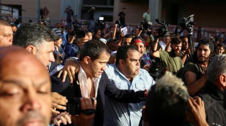 """""""Traidor, fascista, asesino"""", entre empujones y golpes reciben a Guaidó en Venezuela"""