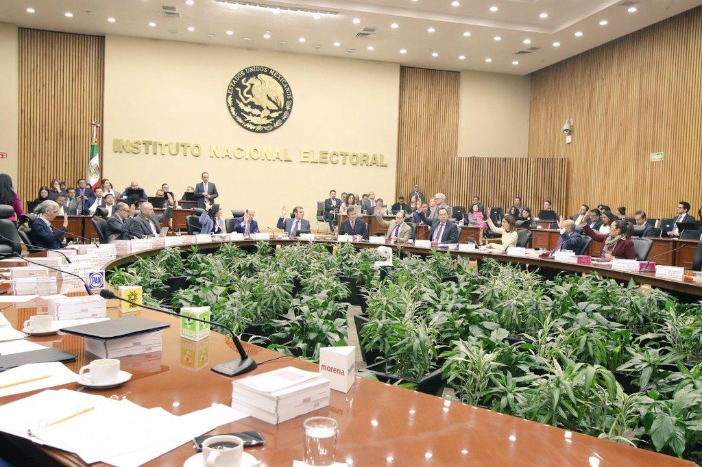 Repudian en redes reelección de secretario del INE, señalan corrupción