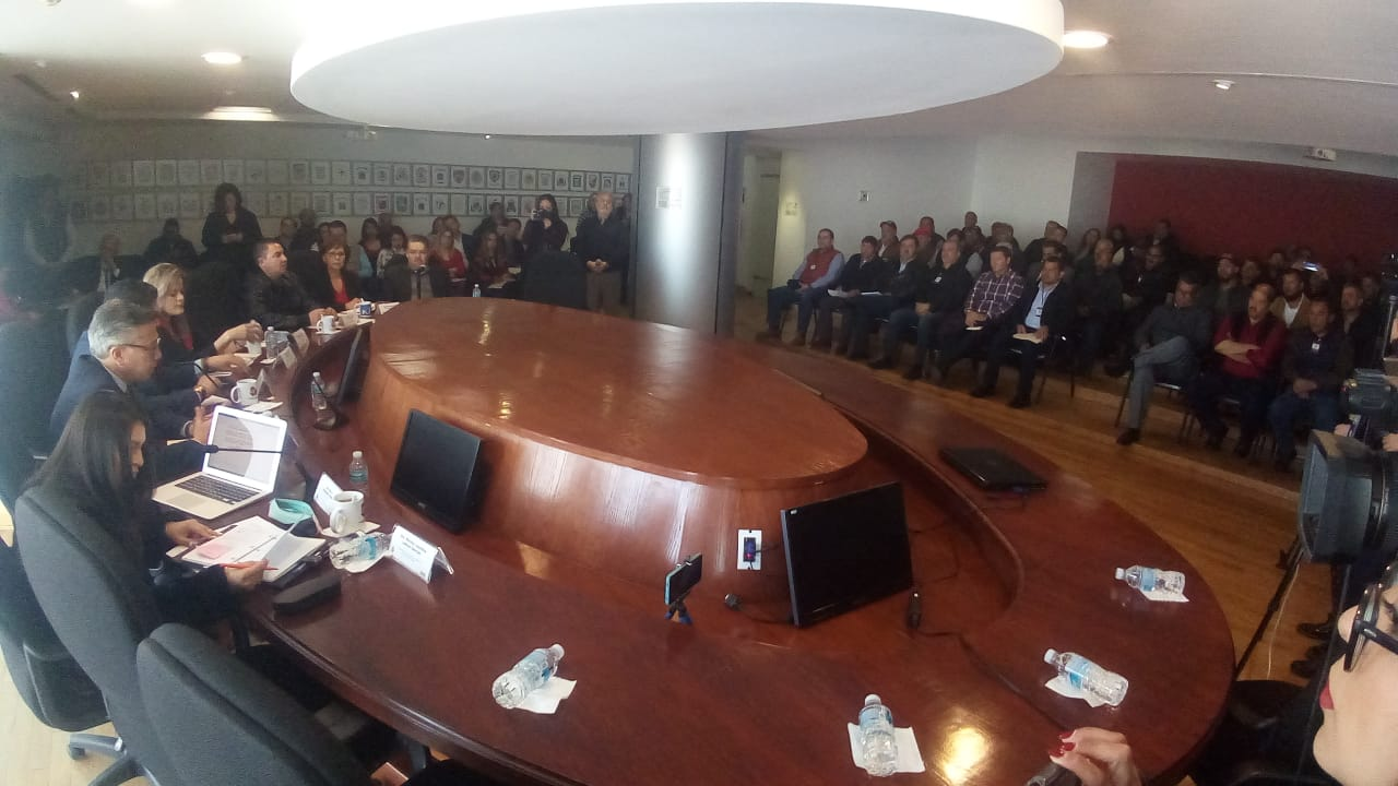 Sin representación ciudadana, se reúnen transportistas con diputados, revisan nueva Ley de Transporte