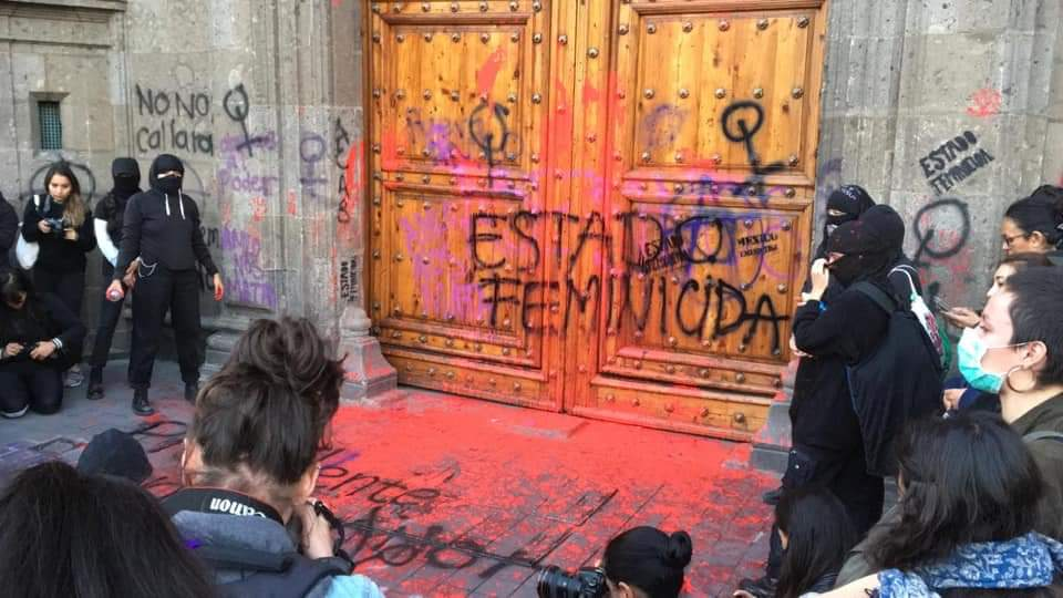 Protestan feministas en Palacio Nacional por feminicidio de Ingrid