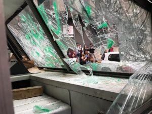 Atacan encapuchadas instalaciones de La Prensa por filtración de fotos del feminicidio de Ingrid