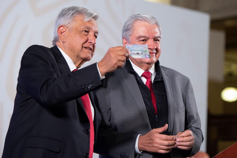Compra AMLO primer boleto para sorteo equivalente al avión presidencial