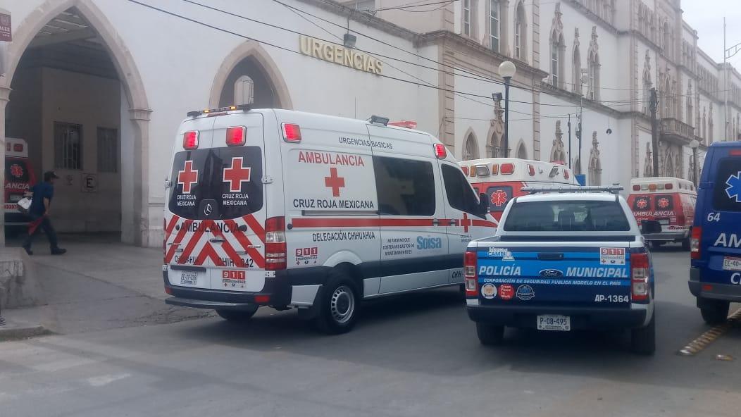 Mujer apuñalada recibe apoyo de paramédicos