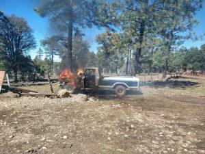 Comando armado mata a sujeto e incendia autos en rancho