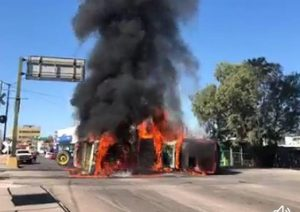 Queman productores vehículos y bloquean carreteras en exigencia de postura de Conagua