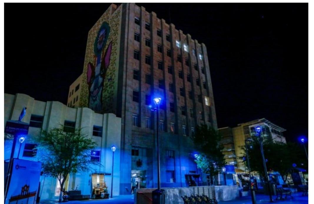 Iluminan de azul zona centro para concienciar sobre el autismo; se ve ESPECTACULAR
