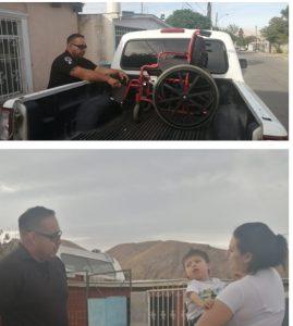 Entregan policías municipales silla de ruedas a niño con parálisis