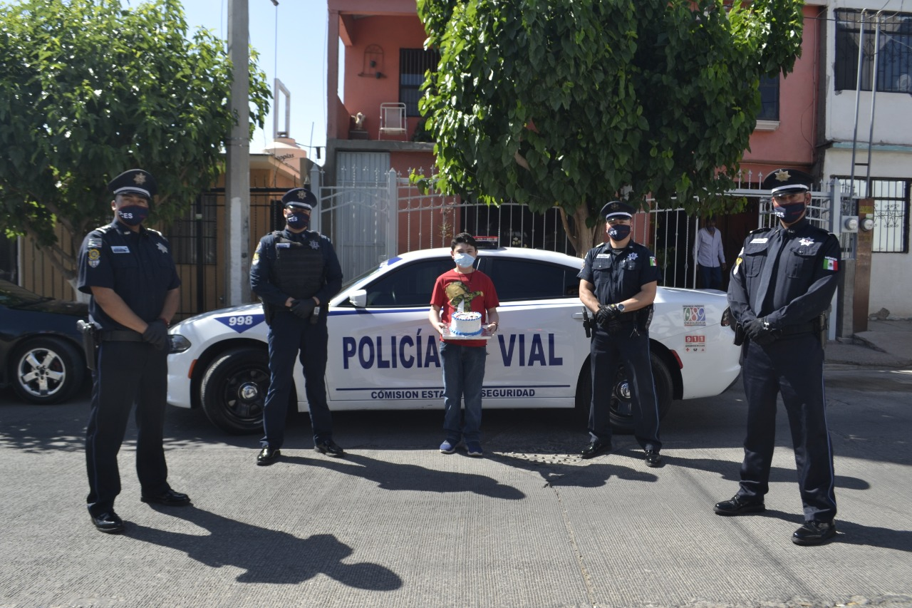 """Policías Viales sorprenden a niño cumpleañero entonando """"Las Mañanitas"""" frente a su casa"""