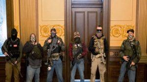 Seguidores de Trump irrumpen con armas largas en Capitolio de Michigan