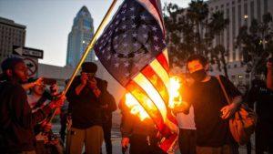 Queman bandera de Estados Unidos en Los Ángeles, en protestas por asesinato racial de George Floyd