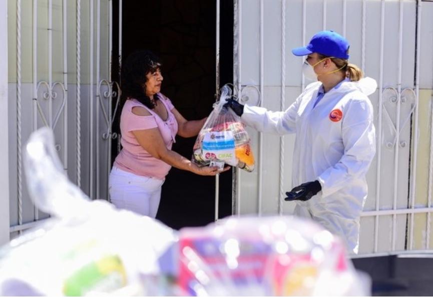 Entrega Maru apoyos alimentarios en la colonia Sahuaros