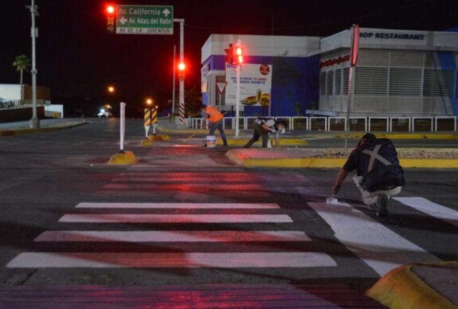 Pinta Gobierno Municipal señales viales bajo puentes del periférico de la Juventud
