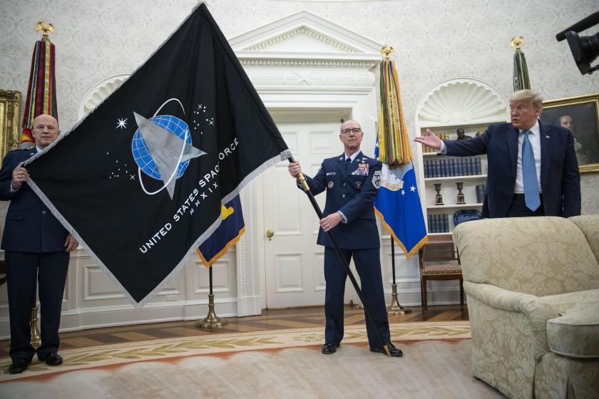 Estrena Fuerza Espacial de Estados Unidos su bandera, presumen a Trump