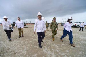 """Revisa AMLO avances en refinería Dos Bocas, """"garantizará independencia energética"""""""