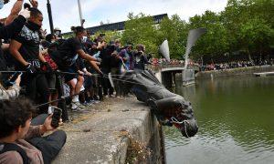 Tumban estatua de comerciante de esclavos en protestas anti racistas de Reino Unido