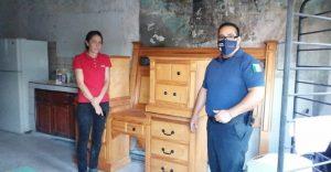 Policías municipales gestionan muebles para mujer que perdió todo en incendio