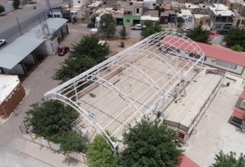 Construye Gobierno Municipal techumbres en escuelas de la ciudad