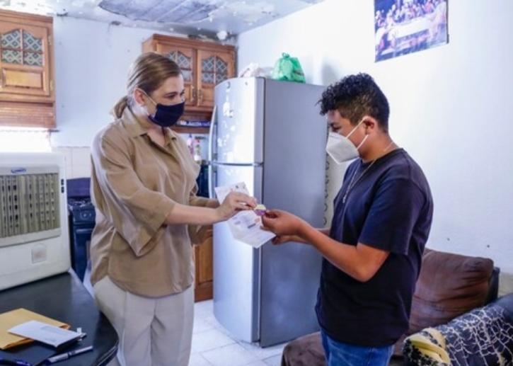 Entrega Maru Campos tarjeta a estudiante beneficiario con Beca Académica