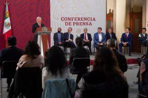 Exhibe AMLO a Mario Delgado y Ricardo Monreal por detener iniciativas de la 4T