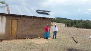 Con paneles solares iluminan casas en la sierra Tarahumara