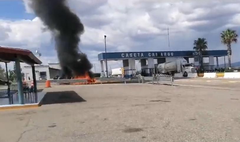En rechazo a pago de agua a Estados Unidos, queman vehículos federales, bloquean vías férreas y toman casetas