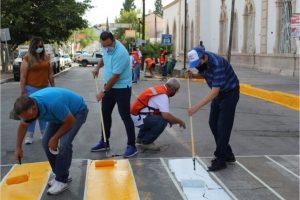 Mejoran con trabajos de pintura la zona peatonal del Hospital Central