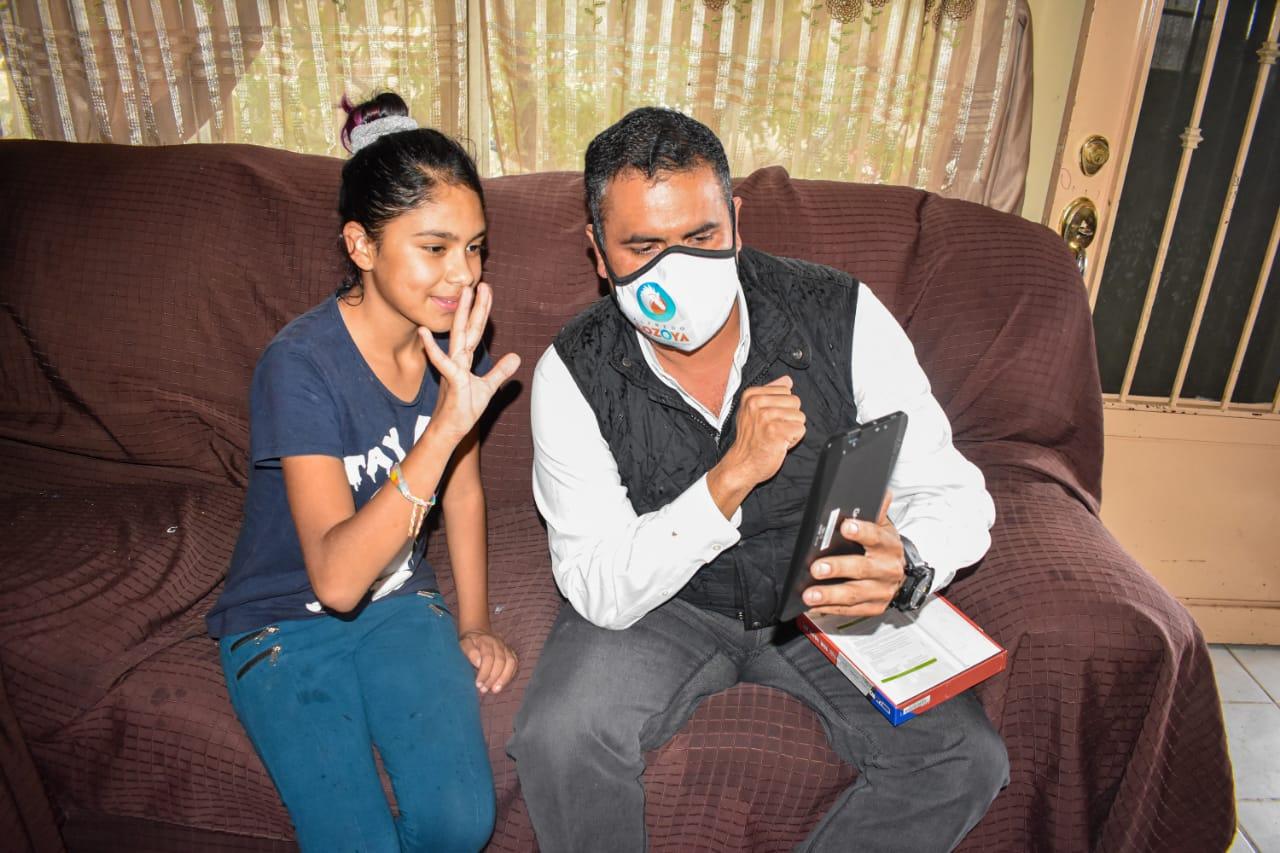 Inicia Alfredo Lozoya entrega de tablets a alumnos que más lo necesitan