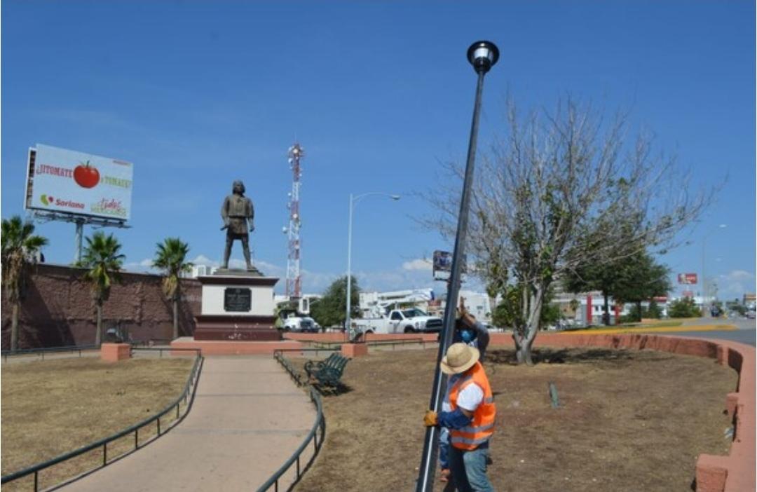 Instala Gobierno Municipal alumbrado público en monumento a Teporaca
