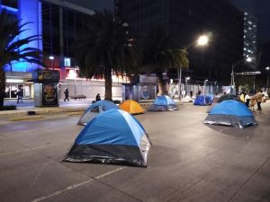"""Garantiza AMLO seguridad a Frenaa en el Zócalo, recomienda """"no simular y se queden a dormir"""""""