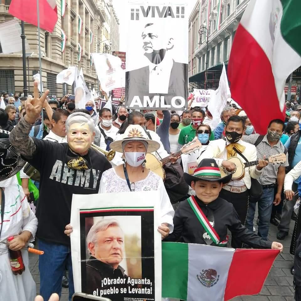 """""""Fuera Frenaa"""", gritan miles en el Zócalo donde confluyeron marchas pro AMLO y por los 43 desaparecidos"""
