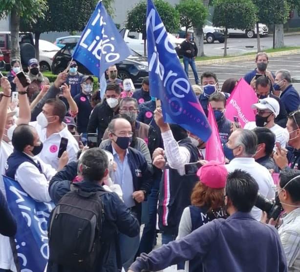 Impugna Calderón negativa de registro al INE, se manifiestan menos de 100 personas