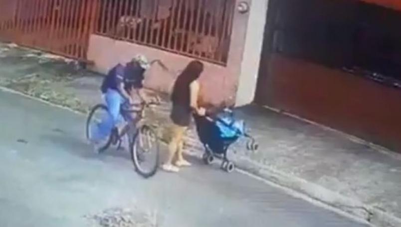 Buscan a acosador que tocó por debajo del vestido a mujer que paseaba con sus hijas
