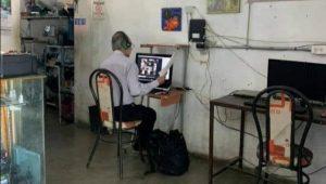 """Maestro del año"": Profesor da clases desde un Cibercafé"