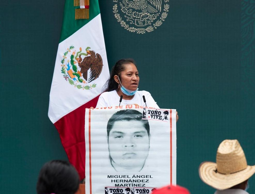 """""""Tenemos confianza en usted, tápeles la boca a todos"""": Madre de Ayotzinapa a AMLO"""