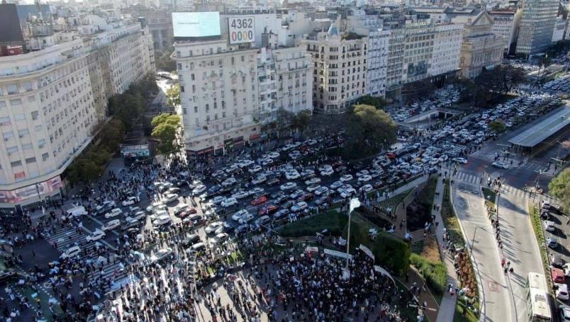 Críticas recibe Rafael Loret de Mola por falsa foto del FRENA