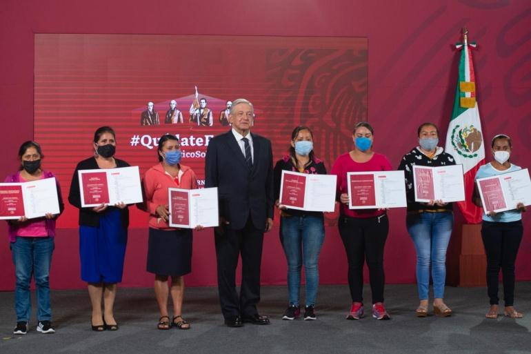 Presenta AMLO  a tesoreras de escuelas ganadoras de premios del sorteo del avión