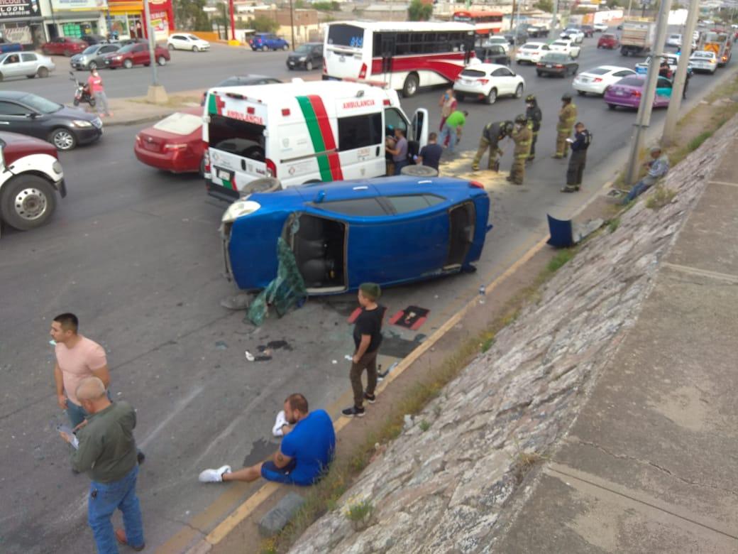 Ambulancia causa volcadura en la avenida Pacheco