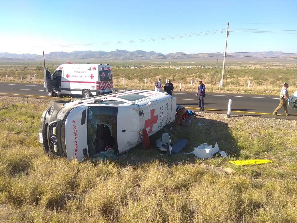 Vuelca ambulancia en tramo a Delicias