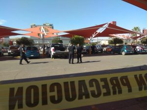 Escolta y ladrón se agarran a balazos en estacionamiento de Home Depot