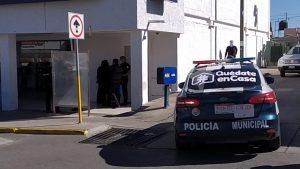Guardia de banco roba celular a cliente y lo detienen