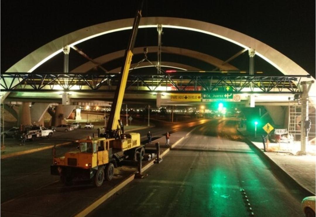 Instalan parte central del puente peatonal en avenida Homero y Tecnológico