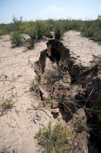 La tierra en Chihuahua se está abriendo por sequía; aparece grieta de 2 kms y 4 metros de profundidad