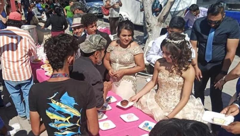 Quinceañera celebra dando de comer a personas en situación de calle