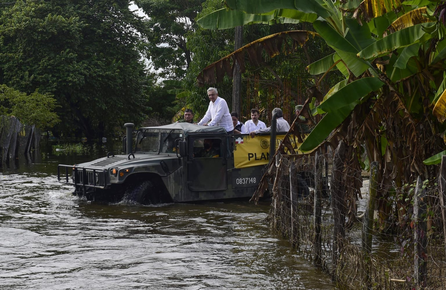 Supervisa AMLO en Tabasco acciones para atender a damnificados por inundaciones
