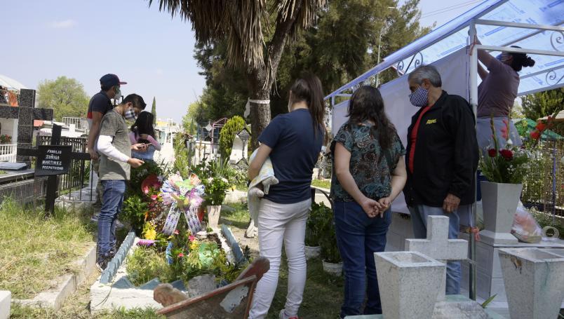 Pisa tumba antigua cae y muere durante el funeral de su esposa en Jalisco
