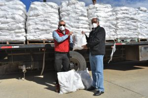 El Municipio recibe dos camiones de despensas por parte de la minera COANZAMEX